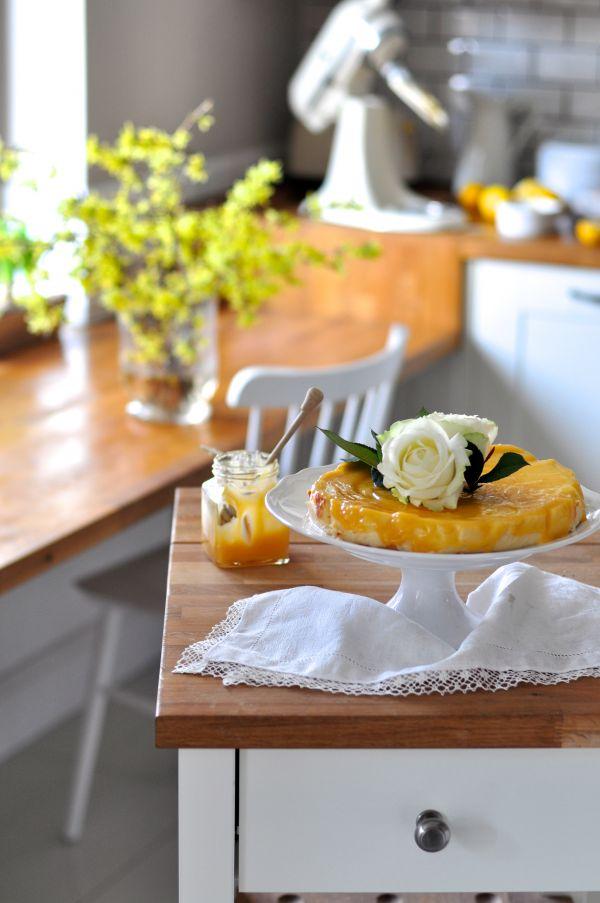 Przepisy na Wielkanoc: Wilgotny sernik z białą czekoladą i domowym lemon curd
