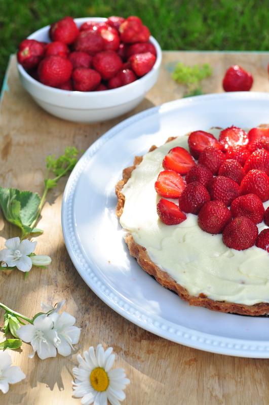 Słodka tarta truskawkowa z białą czekoladą