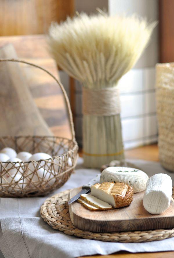 Przepisy na Wielkanoc: Faszerowane jajka z duszoną cebulką i pieczarkami, świeżą kolendrą i kozim serem